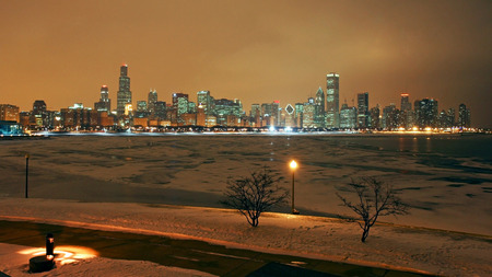 Horizonte de Chicago en la noche con objeto de Michigan lago nieve photo