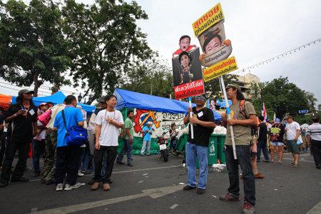af: BANGKOK-24 Kasım Tanımlanamayan Tay protestocular Bangkok, Tayland 24 Kasım 2013 tarihinde Thaksin ve Yingluck Shinawatra hiciv resim karşıtı af yasası plakaları yükseltmek Editöryel