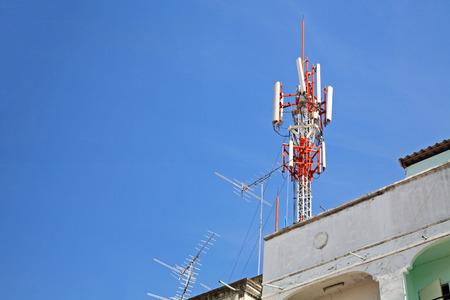 テレコム通信建物と建物の上に古いフィッシュボーン テレビ アンテナ 写真素材