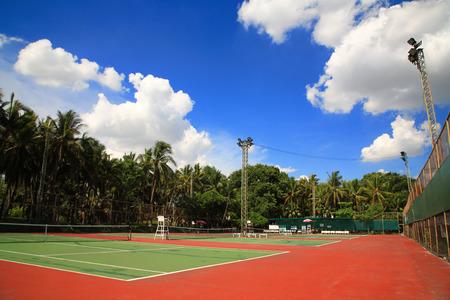 青い空と白い雲と屋外テニスコート 写真素材