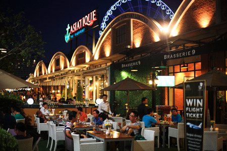 BANGKOK, THAILAND - JUNE 21, 2014: Unidentified people have dinner at the luxury restaurant in ASIATIQUE The Riverfront. Here has over 500 fashion boutiques shops and restaurants in Factory District . 免版税图像 - 29328122