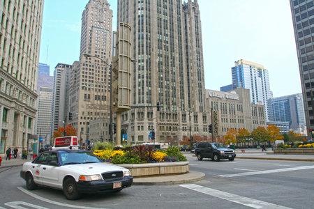 windy city: CHICAGO, IL, EE.UU. - 13 de noviembre de 2007: Los taxis en la concurrida Avenida Michigan. La Ciudad de los Vientos es la tercera ciudad m�s grande en los EE.UU. y es un centro mundial de comercio.