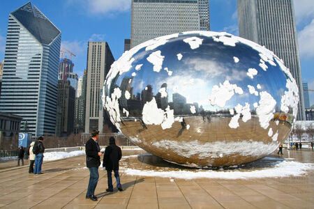 CHICAGO, IL-FEB 09: Unidentified people visit Skygate Bean covering by snow with skyline reflection of high building towers at Millennium Park on February 09, 2008 in Chicago, IL USA. 新闻类图片