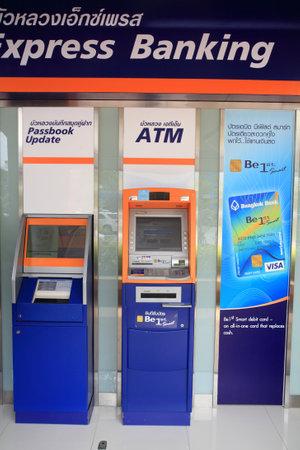automatic teller machine: BANGKOK, Tailandia - 27 de julio 2014: Banco de Cajeros Autom�ticos (ATM) de Bangkokbank. Bangkokbankis la mayor banca de Tailandia con m�s de 1.000 sucursales y 8.600 cajeros autom�ticos unidades establecidas desde 1944. Editorial