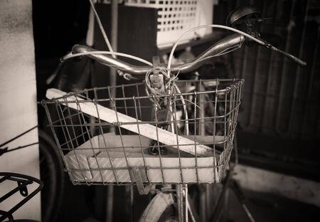 decorated bike: Primo piano Vecchio cestino su un antico bicicletta (foto Invecchiato) Archivio Fotografico