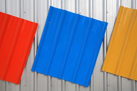 販売のための赤、青、黄色の色によって描かれた金属屋根