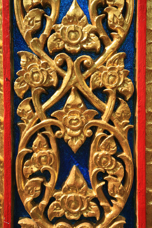 tallado en madera: Tailandés nativo tallado en estilo floral en la pared colorida