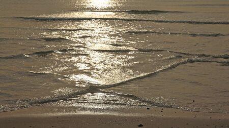 ondas de agua: La luz del sol se refleja en muchas olas de agua de mar