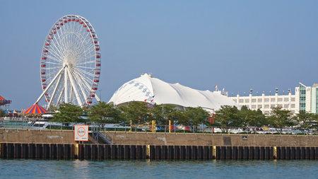 investment real state: CHICAGO, IL, Estados Unidos - 27 de mayo de 2006: Vista de muelle de la marina de guerra del lago Michigan. El Navy Pier es 3.300 pies de largo y construido en 1916 a un costo de 4,5 millones