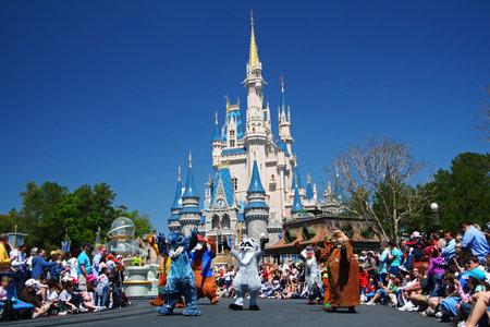 ORLANDO, Florida, EE.UU. - 26 de marzo de 2008: Muchos personajes de dibujos animados de Disney marchando desfile para saludar a los visitantes al parque Magic Kingdom de Walt Disney World.