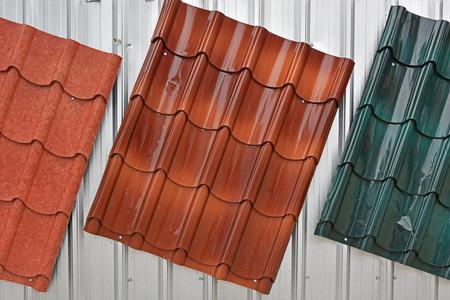 Toit en métal peint par rouge, brun, couleur verte à vendre