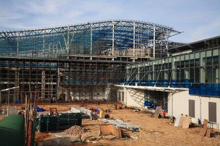 materiales de construccion: Nueva terminal del aeropuerto inacabada hecha por Sunlit vidrio, obra de construcci�n