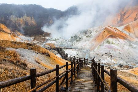 Jigokudani hell valley walking trail in Noboribetsu, Hokkaido, Japan Archivio Fotografico
