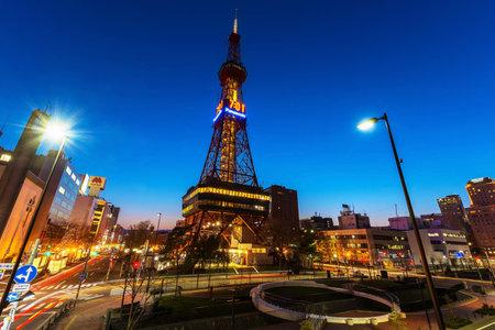 SAPPORO, HOKKAIDO, JAPAN - 24 APRIL, 2016: Sapporo TV Tower bij schemering in Odori Park. De 147,2 meter hoge toren heeft een observatiedek open voor bezoekers. Redactioneel