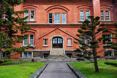 oficina antigua: Oficina de Gobierno de Hokkaido antigua con jardín en Sapporo, Japón Editorial