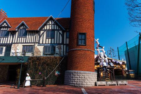 """Sapporo, Japón ABRIL 25, 2016: Muchos chefs monumentos edificio inclinado seguro en la fábrica de chocolate parque temático """"Shiroi Koibito"""" por Ishiya, una empresa local de chocolate. Editorial"""