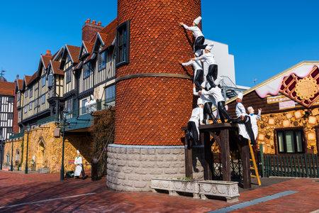 chocolatería: SAPPORO, JAPAN -APRIL 25, 2016: Many chefs monuments secure building at Chocolate factory Shiroi Koibito theme park by Ishiya, a local chocolate company.