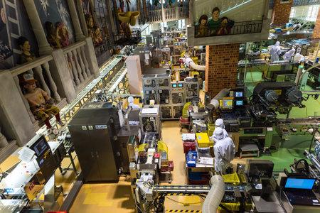 """Sapporo, Japón ABRIL 25, 2016: producto de chocolate productos personal no identificado dentro de la fábrica de chocolate buildiing """"Shiroi Koibito"""" por Ishiya, una empresa local de chocolate."""