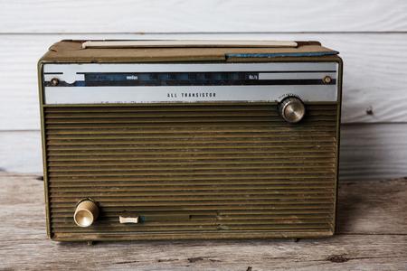 transistor: Old radio or transistor on wooden table, Retro object Foto de archivo