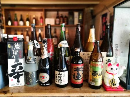 japanese sake: BANGKOK, Tailandia - 09 DE OCTUBRE DE, 2016: Variedad de botellas de sake japonés en el restaurante japonés. Hay muchos restaurantes japoneses de lujo en Bangkok. Editorial