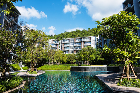 Condominio moderno con piscina di lusso, stile di vita sano Archivio Fotografico - 64423969