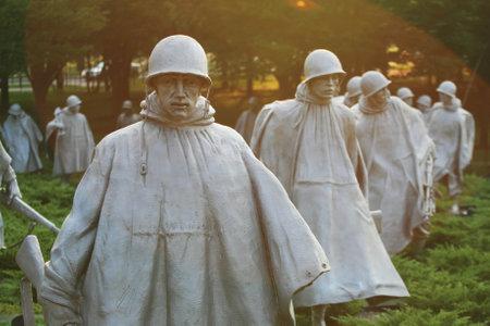 WASHINGTON DC, EE. UU. - 16 DE JULIO DE 2008: Las estatuas conmemorativas de los veteranos de la guerra de Corea situadas en National Mall con luz de la puesta del sol. El memorial fue dedicado el 27 de julio de 1995.