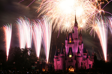 ORLANDO, USA - MARCH 26. 2008: Disney World Castle Fireworks at Magic kingdom theme park in Florida. 免版税图像 - 97262038