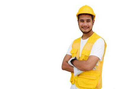 Arabische bouw baard werknemer met gele veiligheidshelm geïsoleerd op een witte achtergrond met kopie ruimte voor tekst. Portret van gelukkige voorman man die lacht. Zware industrie en bedrijfsconcept. Stockfoto
