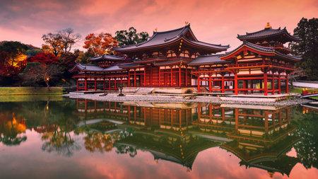 Byodo-ins Phoenix-Tempelhalle mit Herbstfarben und Dämmerungshimmel in der Abenddämmerung in der Stadt Uji, Kyoto, Japan. Der berühmteste Reisemarkstein in der Stadt Uji. Editorial