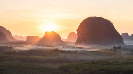 Sunrise landscape of Limestone mountains and mist in morning from Din Daeng (Dang) Doi view point of Krabi province, Thailand. Famous travel destination in Southern of Thai. 免版税图像