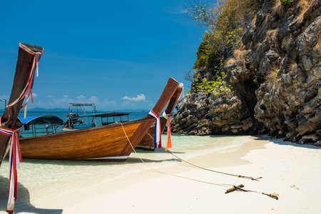 Wooden boat on crystal andaman sea at Thale waek island with white sand, blue sky in Krabi, Thaiand. Famous tourist travel destination in summer of Southern Thai with copy space for text. 免版税图像