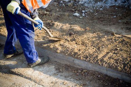 paysagiste: Homme travaillant sur un chantier de construction
