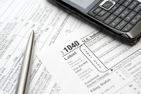 impuestos: 1040 Formulario de declaraci�n de impuestos U.S., tel�fono m�vil y l�piz de plata.