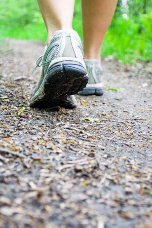 cross country: Woman walking cross country en sendero en el bosque  Foto de archivo