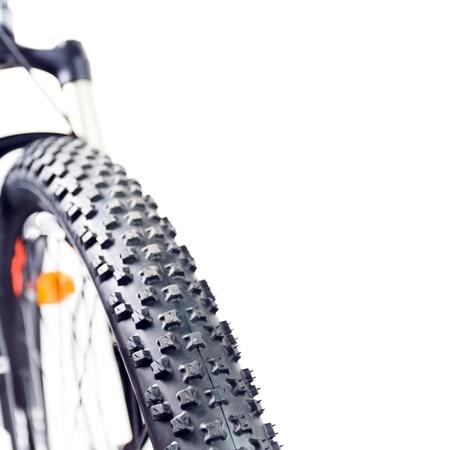 pisada: Rueda de bicicleta de monta�a con neum�ticos aislados sobre fondo blanco  Foto de archivo