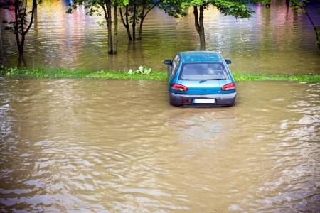 evacuacion: Necesidad de seguro de inundaciones antes, coche inundada en el lote de estacionamiento