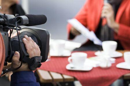 reportero: Radiodifusi�n, operador de televisi�n con c�mara en vivo  Foto de archivo