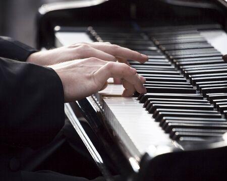 tocando el piano: Pianista tocando el piano  Foto de archivo