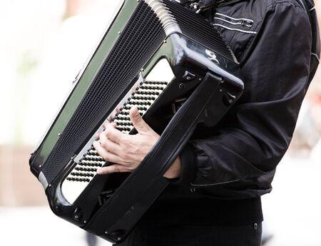 acordeon: M�sico tocando el acorde�n en la calle de la ciudad  Foto de archivo