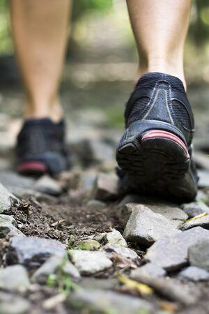 cross leg: Calzado de deporte en la pista de caminar