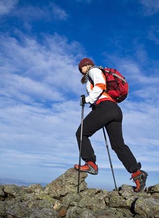 Mujer caminatas en las montañas de otoño Foto de archivo