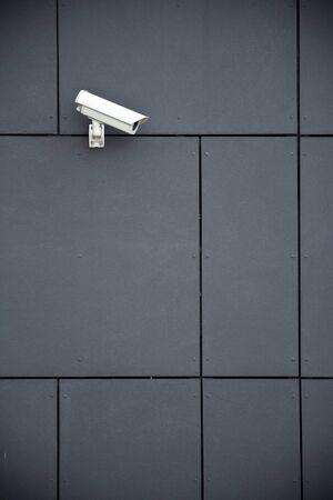 Beveiliging camera op donkere modern gebouw