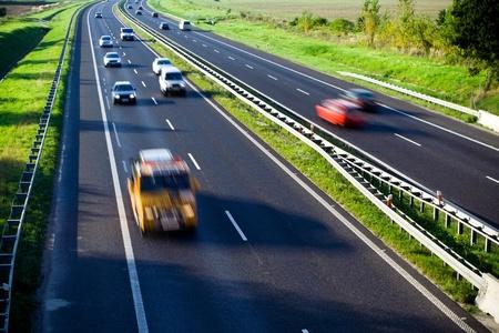 Blurred Autos auf Highway traffic Standard-Bild
