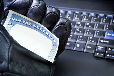 s�curit� sociale: Social Security Card in hackers hand, identity theft Banque d'images