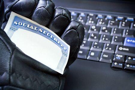 seguro social: Tarjeta de seguridad social en mano de hackers, robo de identidad Foto de archivo
