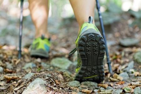 caminando: Mujer de senderismo y nordic walking en el oto�o de los bosques