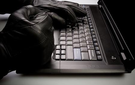identity thieves: Concepto de seguridad con hackers locos de trabajo en la computadora port�til en la noche