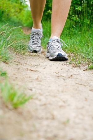 cross country: Entre pa�ses que se ejecutan en camino en el bosque