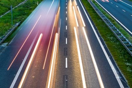 fast lane: Coches exceso de velocidad en una carretera, el desenfoque de movimiento Foto de archivo