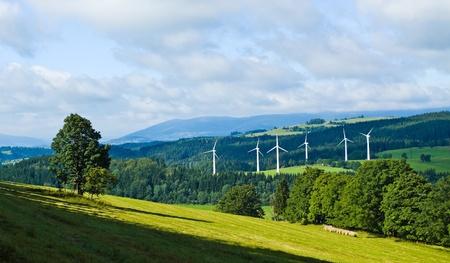 Las turbinas de viento en el paisaje de las montañas